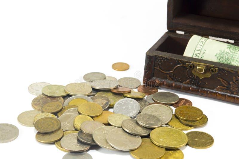 Metal монетки с банкнотами в изолированной коробке стоковое изображение rf