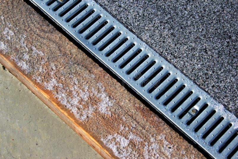 Metal решетка системы сбора сточных вод дождевой воды на тротуаре стоковая фотография rf