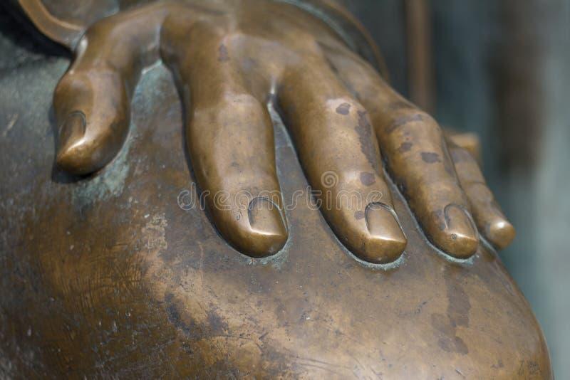 Metal рука старый бронзовый класть статуи стоковая фотография rf
