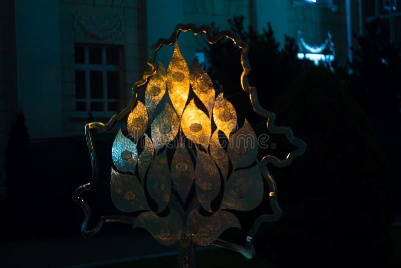 Metal скульптура на улице на Минске на ноче стоковое изображение