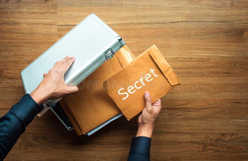 Metal abierto de la caja de seguridad de la mano masculina y documento secreto importante dentro Gesti?n de negocio conceptos de  imagen de archivo