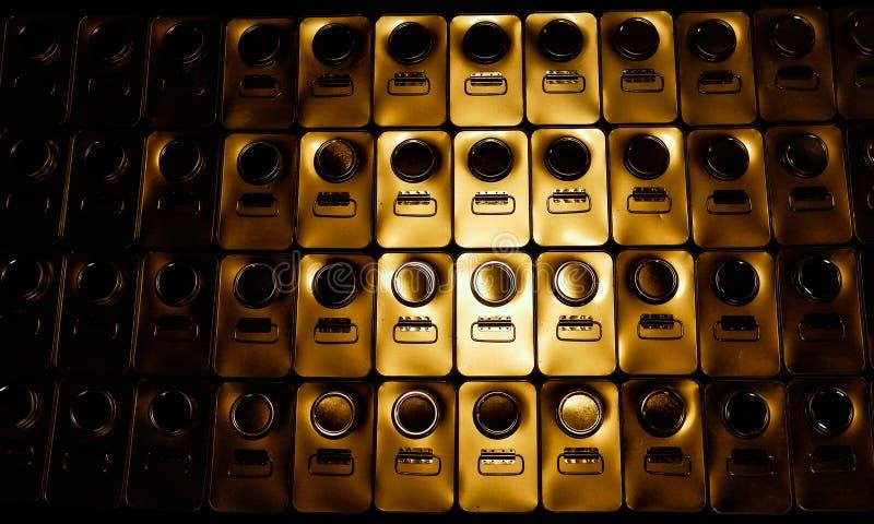 Metal abstrato latas de 1 galão com uma reflexão amarela imagem de stock royalty free