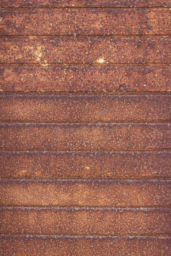 Metal aherrumbrado viejo, fondo oxidado rayado - puerta vieja del garaje fotos de archivo libres de regalías