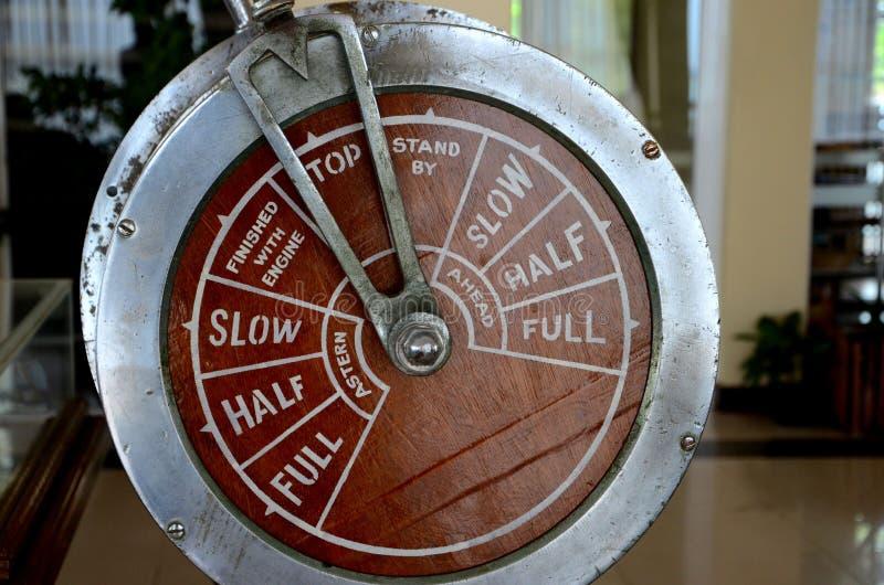 Metal antigo antiquado do regulador de pressão da alavanca de controlo do motor do motor do navio e madeira Jaffna Sri Lanka foto de stock