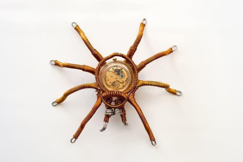 Metal a aranha com maquinismo de relojoaria incorporado no fundo branco, estilo do steampunk imagens de stock royalty free