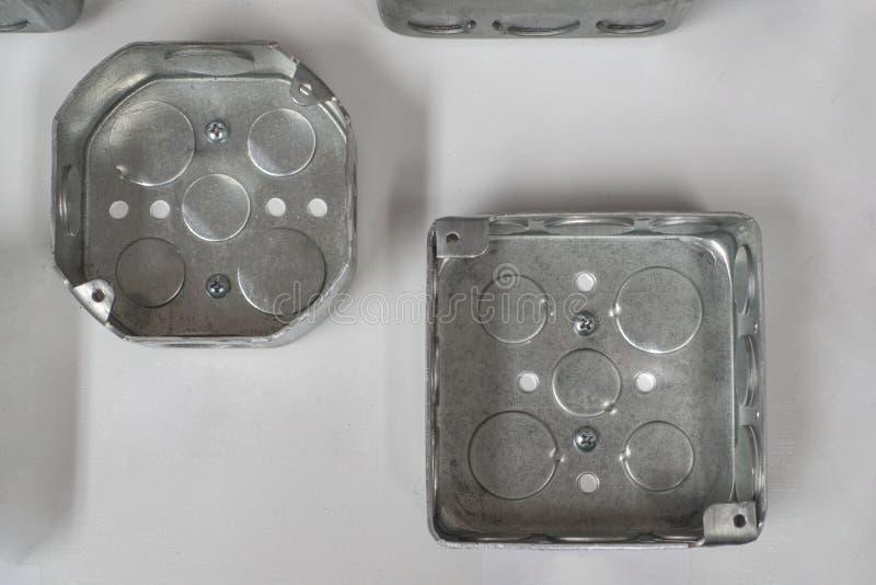 Metal as canalizações elétricas de aço & o teto bonde das caixas para luzes aéreas e fãs fotos de stock royalty free