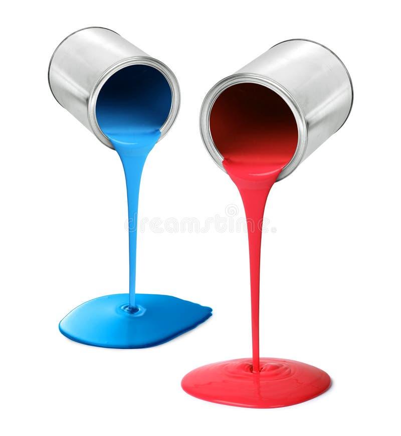 Metal as latas de lata que derramam a pintura vermelha e azul imagem de stock royalty free