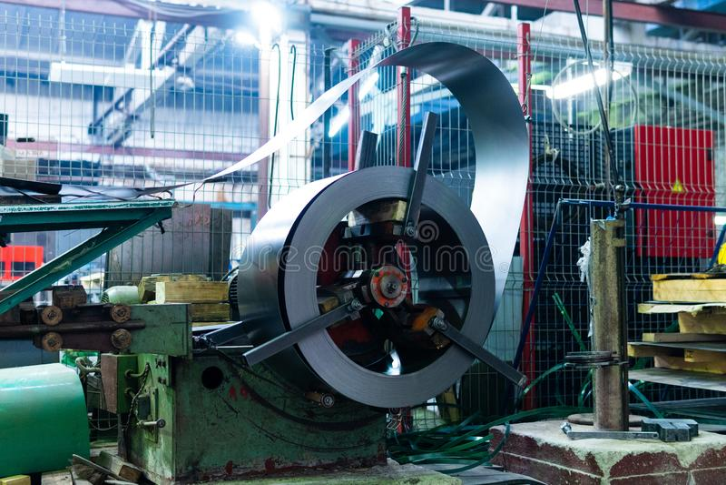 Metal autour du rouleau de feuille galvanis?e d'acier inoxydable, fabrication industrielle de machines de m?tal ouvr? photo stock