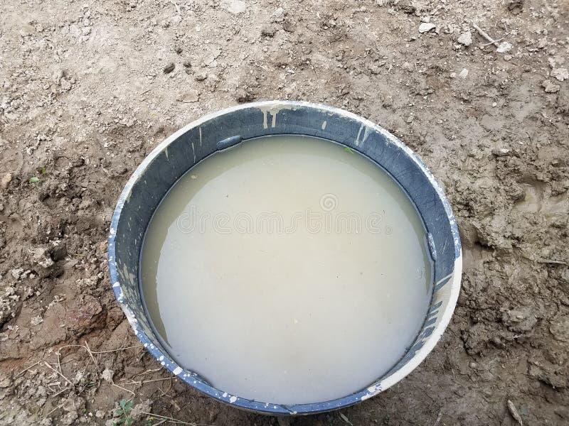 Metal a bacia com água e lama ou sujeira suja imagem de stock royalty free