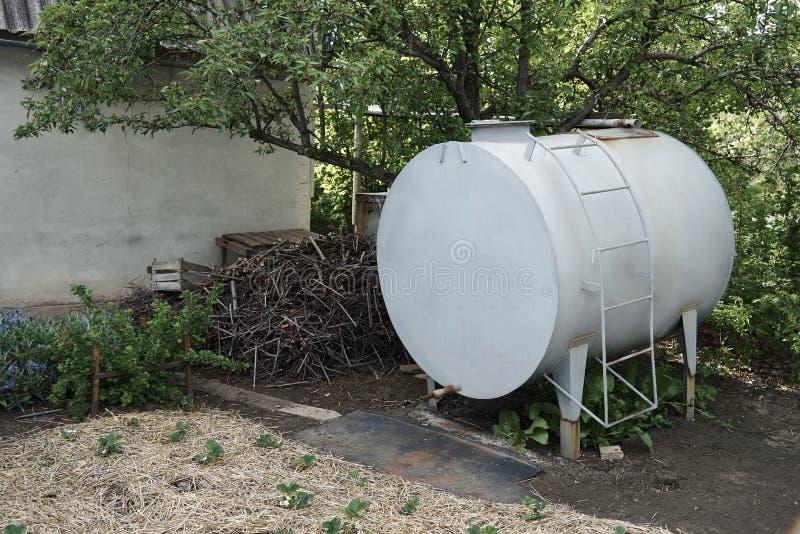 Metal baryłka z wodą dla nawadniać ogród zdjęcia royalty free