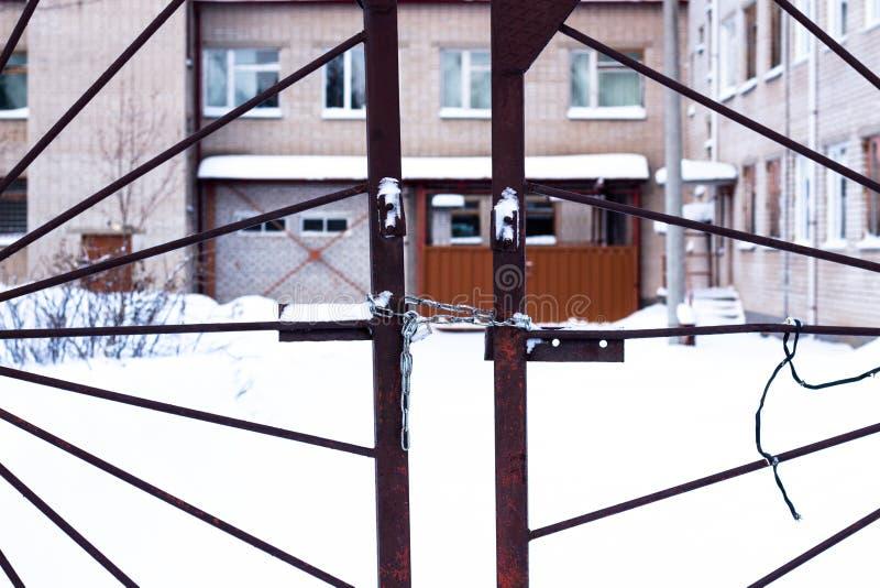 Metal bramy które są blokować i łańcuszkowe fotografia royalty free