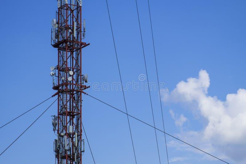 Metal budowa radiowy wierza przeciw bielowi i niebieskiemu niebu chmurnieje obraz royalty free