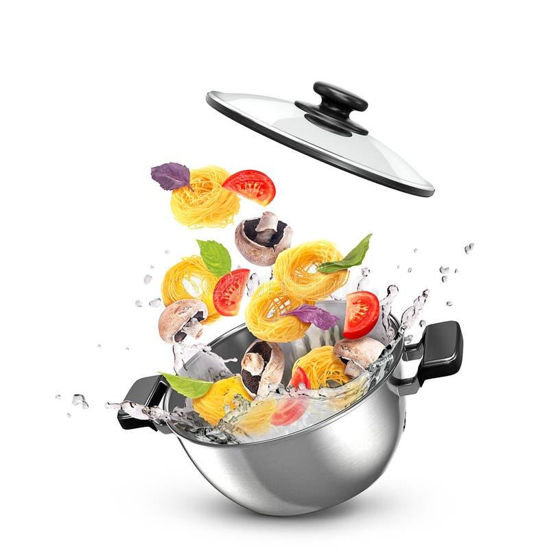 Metal a caçarola com massa e vegetais na água, imagens de stock royalty free