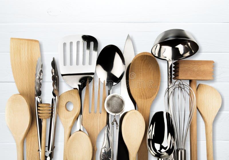 Metal da cozinha e utensílio de madeira no fundo foto de stock