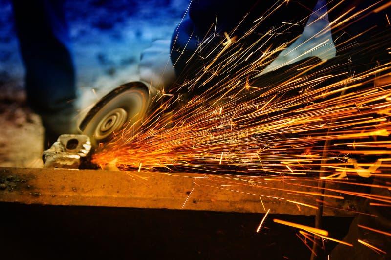 Metal da moedura/soldadura do trabalhador e spreadi das faíscas imagens de stock