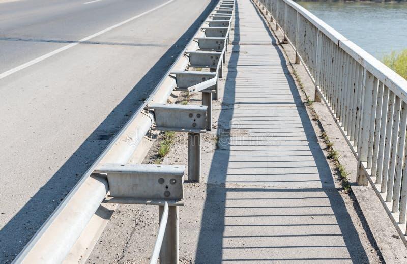 Metal da seguran?a ou cerca danificada e quebrada do ferro na constru??o de ponte do acidente de via??o ou do acidente de tr?fico imagens de stock royalty free