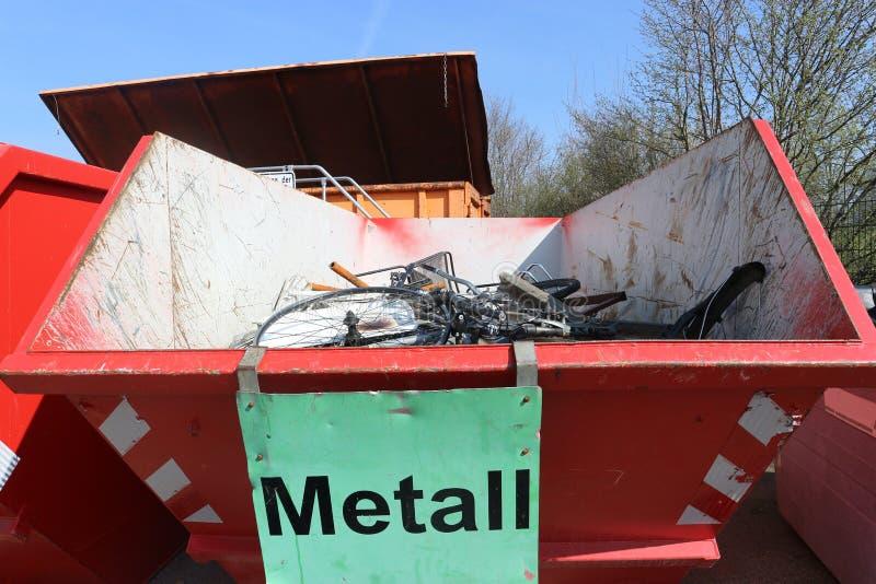 Metal de hoja quebrado y aherrumbrado imágenes de archivo libres de regalías