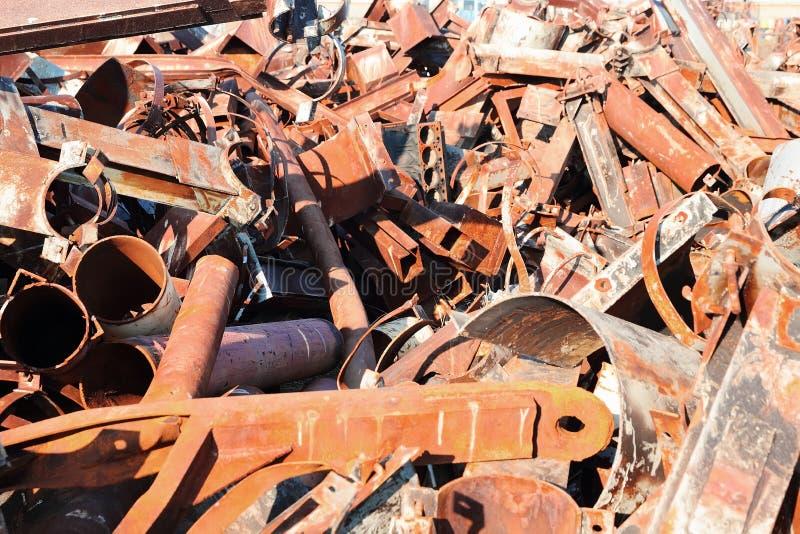 Metal de hoja quebrado y aherrumbrado fotos de archivo