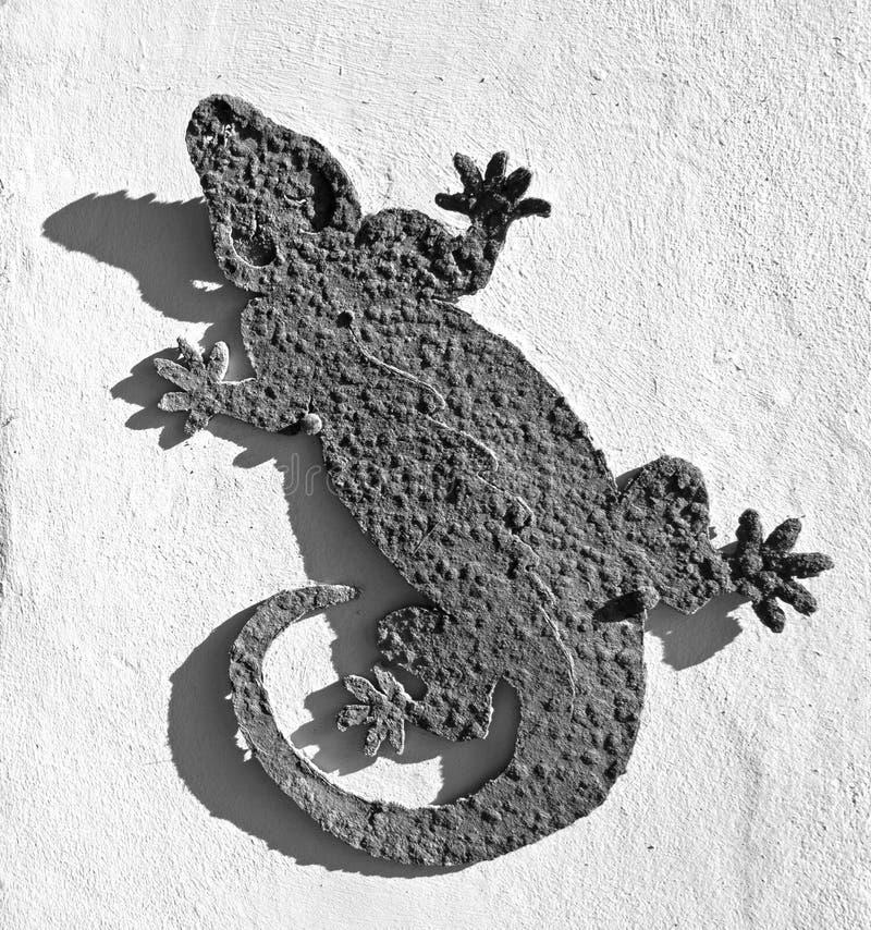 Metal de Rusty Iguana al aire libre/decoración interior de la pared - blanco y negro imágenes de archivo libres de regalías