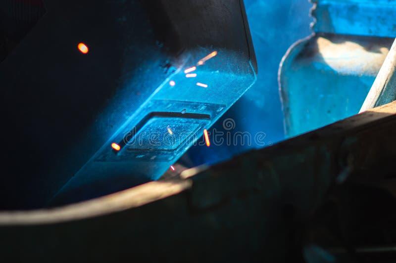 Metal de solda do soldador do robô imagem de stock royalty free