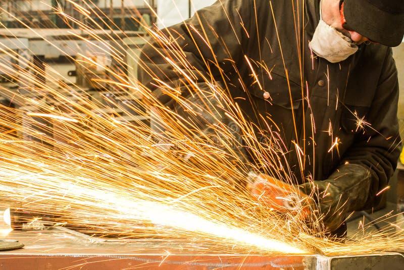 Metal de soldadura del soldador en taller con las chispas foto de archivo libre de regalías