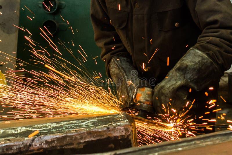Metal de soldadura do soldador na oficina com faíscas imagem de stock royalty free