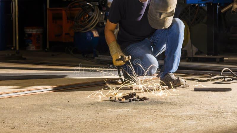 Metal de soldadura do trabalhador, foco na linha clara instantânea de faísca afiada, i fotografia de stock royalty free