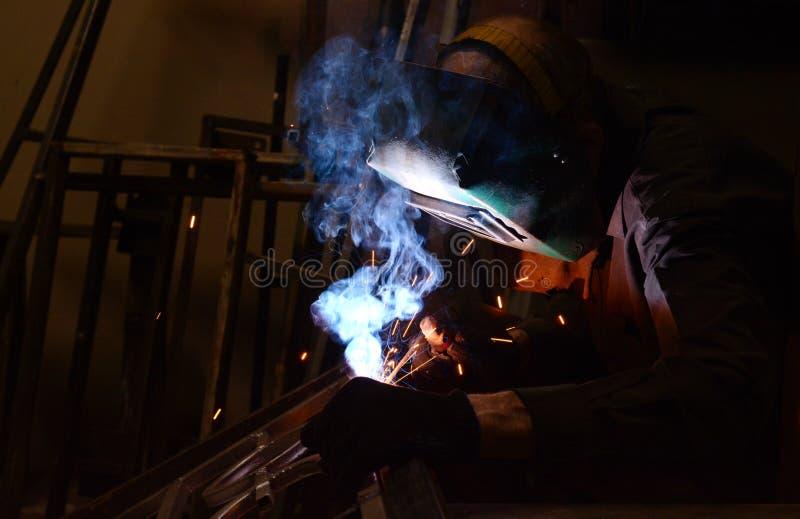 metal de soldas do Trabalhador-soldador fotos de stock royalty free