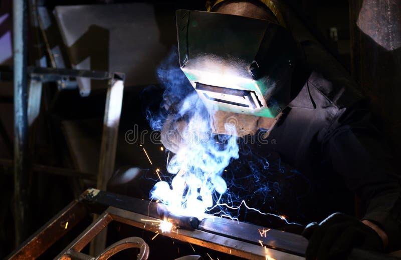 metal de soldas do Trabalhador-soldador fotografia de stock