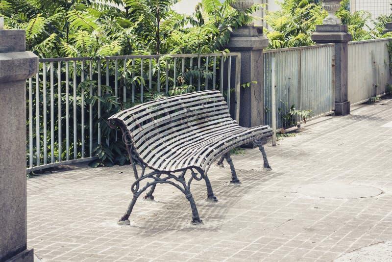 Metal dekorował wspaniałą żelazo ławkę w parku w Acitrezza, Catania, Sicily, Włochy zdjęcia stock