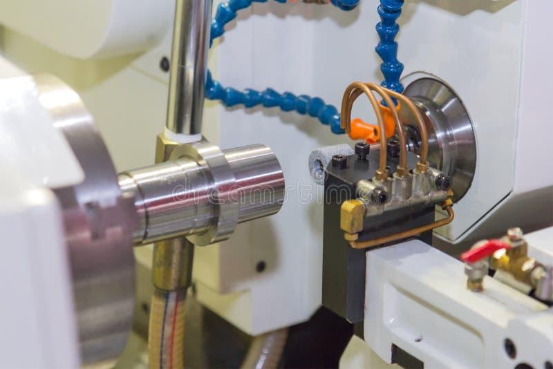 Metal del acabamiento que trabaja en la máquina de pulir de la alta precisión fotos de archivo
