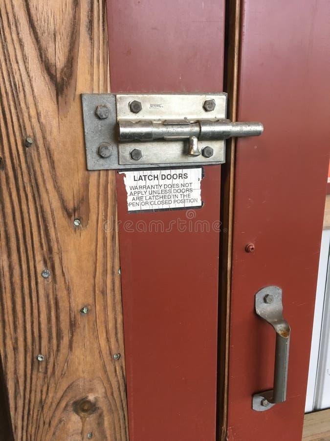 Metal del cierre de puerta de granero de caballo y pintura roja fotos de archivo libres de regalías