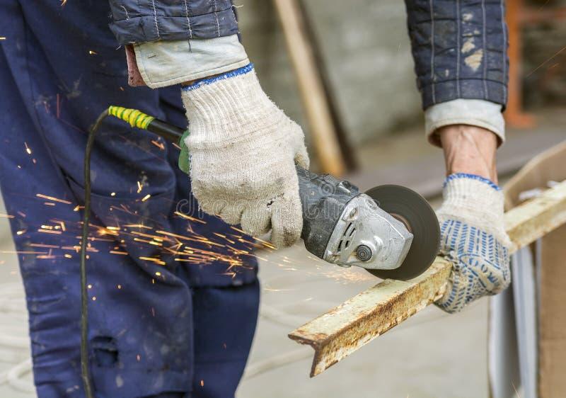 Metal del sawing del trabajador imagen de archivo libre de regalías