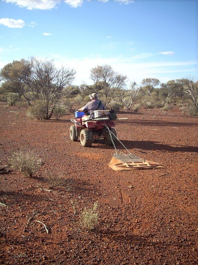 Metal a detecção para pepitas profundas com um quadrilátero nas jazidas de ouro da Austrália Ocidental imagem de stock royalty free