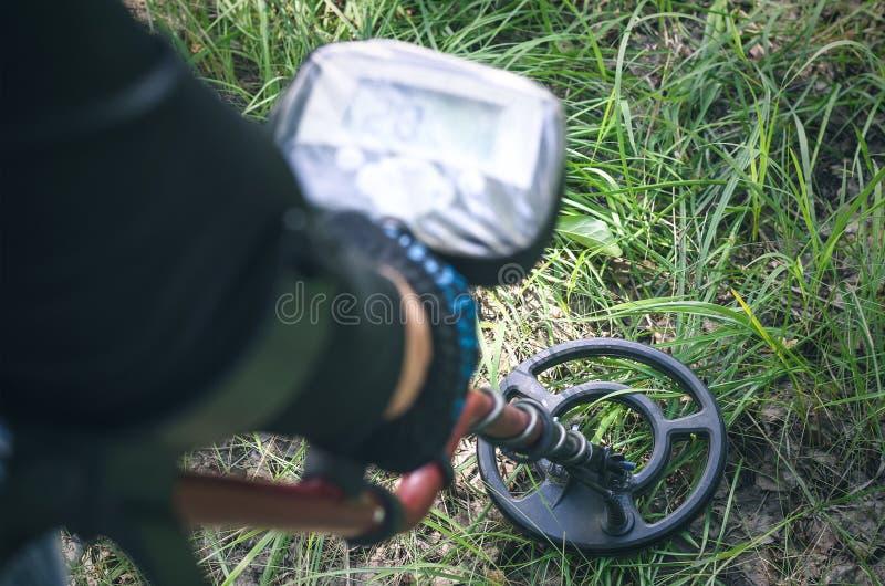 Metal detector Ricerca della moneta fotografia stock libera da diritti