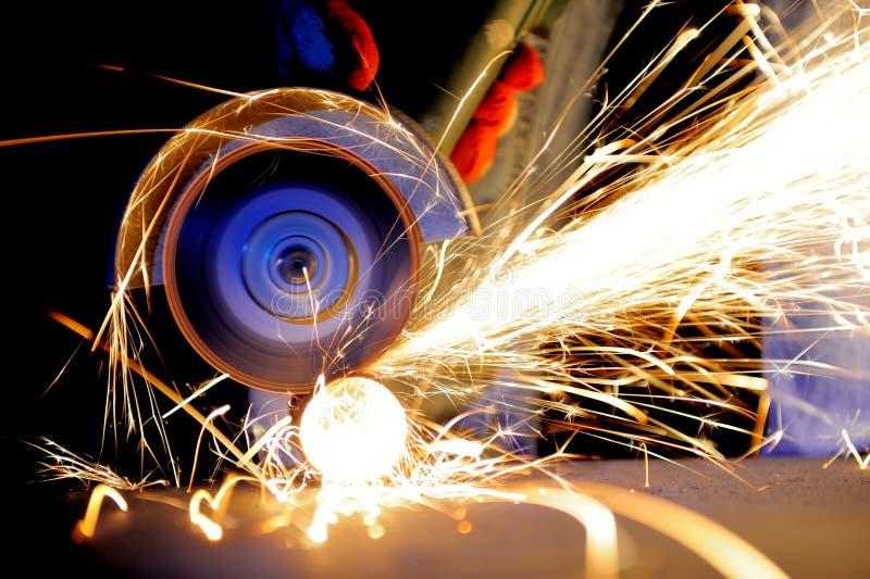 Metal do corte do trabalhador com moedor imagens de stock