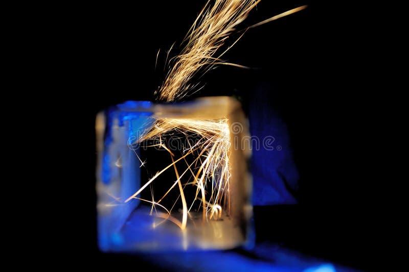 Metal do corte do trabalhador com moedor foto de stock royalty free