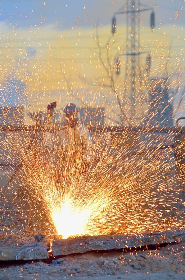 Metal do corte do trabalhador usando o maçarico fotografia de stock