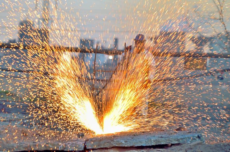 Metal do corte do trabalhador usando o maçarico fotografia de stock royalty free