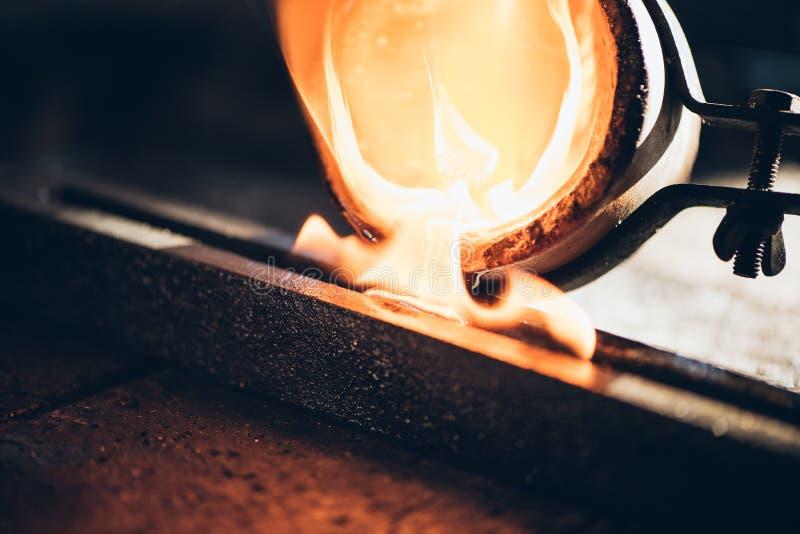 Metal do molde de um cadinho fotografia de stock