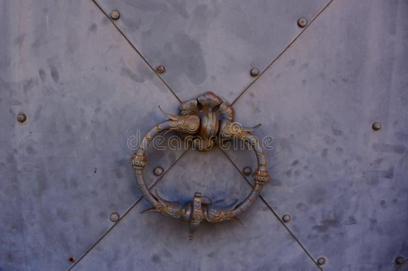 Metal drzwiowa rękojeść na popielatym metalu drzwi zdjęcia stock