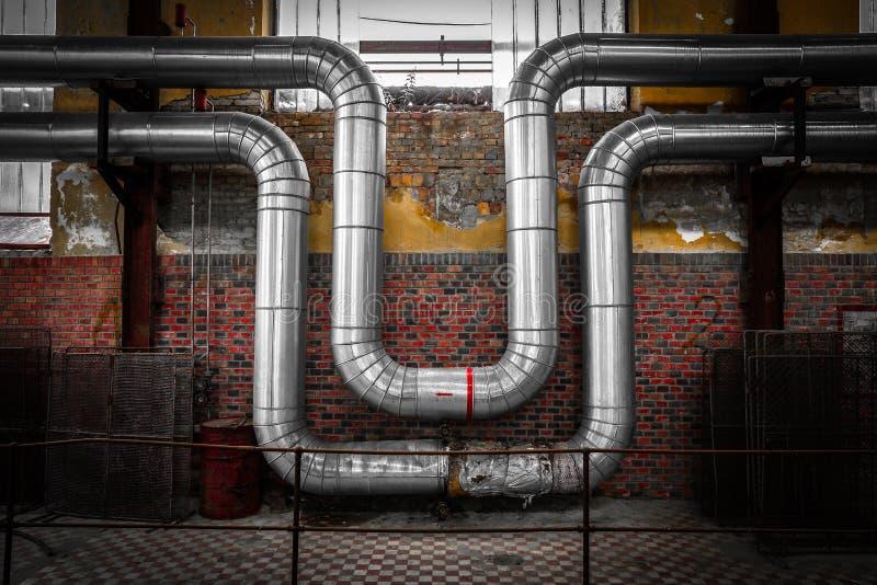 Metal el cable del tubo en una empresa solitaria vieja imagen de archivo libre de regalías