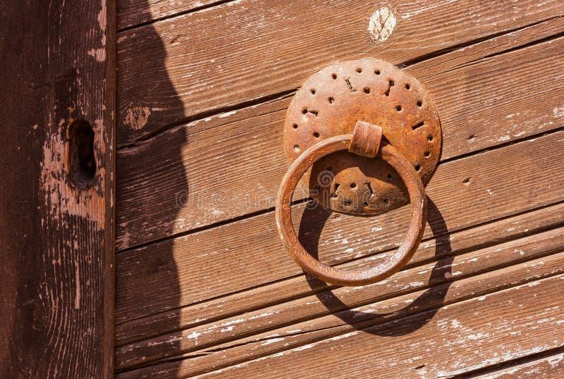 Metal el golpeador de puerta en la puerta de madera, monasterio de Toplou, Creta imagen de archivo libre de regalías