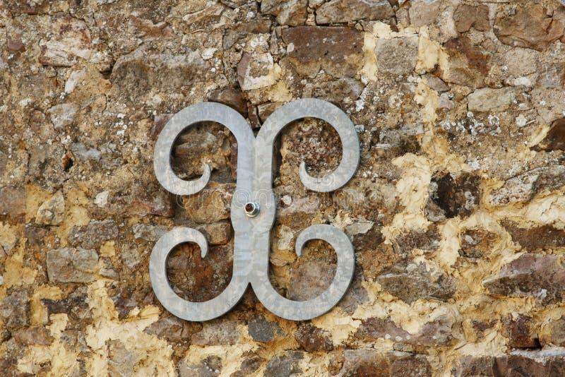 Metal el soporte que se une a de la fijación de la pared en la pared de piedra imágenes de archivo libres de regalías