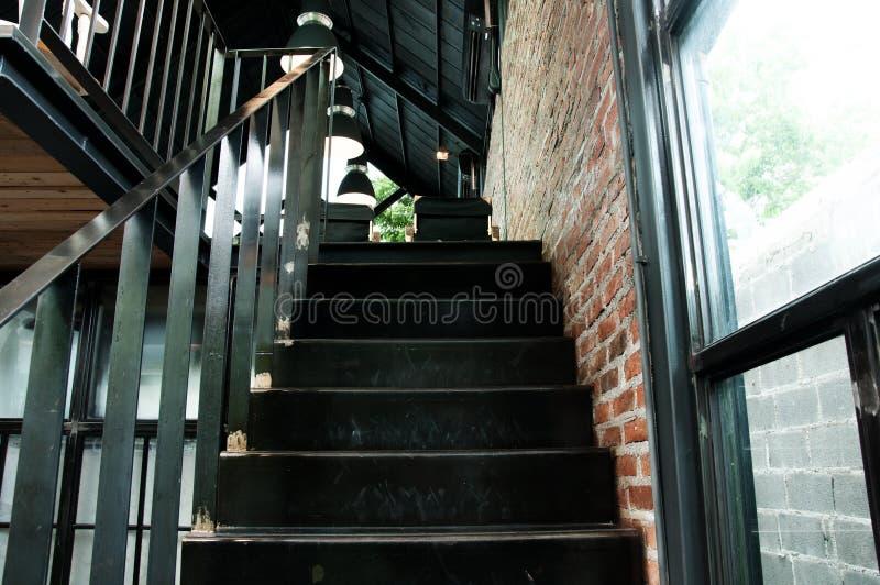 Metal escadas no conceito da cafetaria, o interior ou o moderno imagens de stock