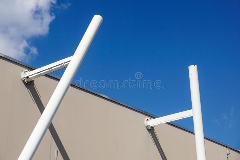 Metal a estrutura com uma escada em um fundo do céu azul imagem de stock