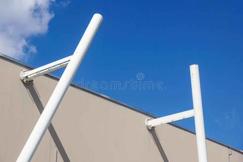 Metal a estrutura com uma escada em um fundo do céu azul fotografia de stock