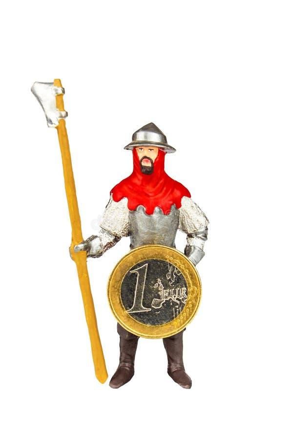 Metal figurine рыцаря держа монетки евро изолированный на белизне Оборона Европы Общая европейская валюта портрет рыцаря средневе стоковые изображения
