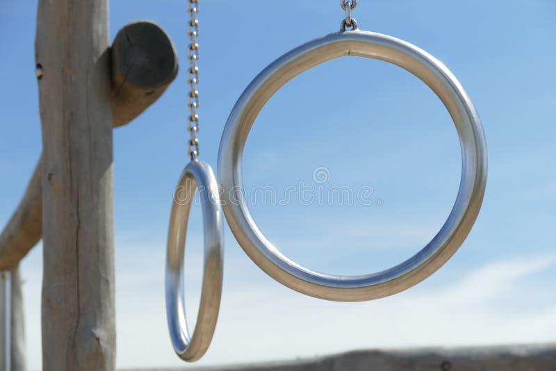 Metal gli anelli su costruzione di legno nel campo da giuoco dei bambini fotografia stock libera da diritti