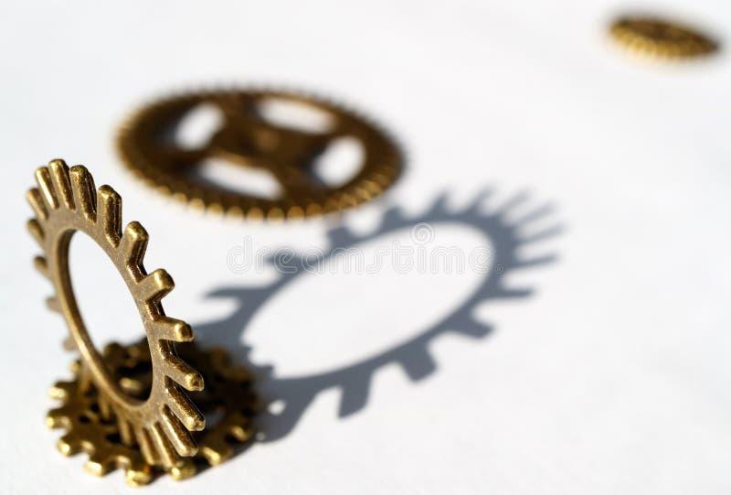 Metal gli ingranaggi su fondo bianco con ombra di caduta, due ingranaggi immagini stock libere da diritti